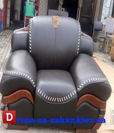 необычное кресло из кожи и деревянными вставками