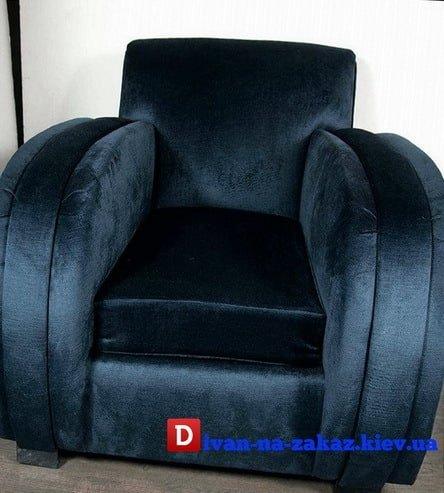 большое синее кресло из вельвета