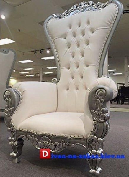 белое королевское кресло с каретной перетяжкой