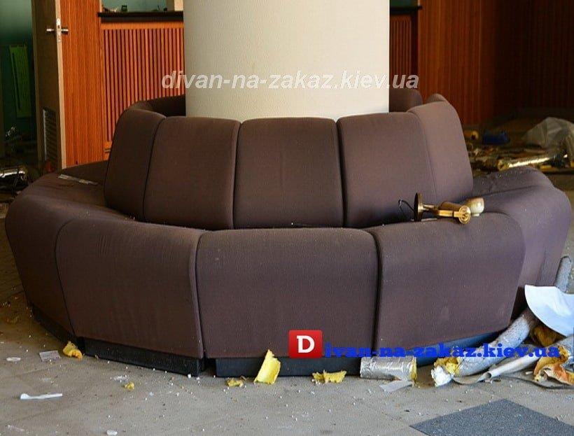 диван вокруг столба