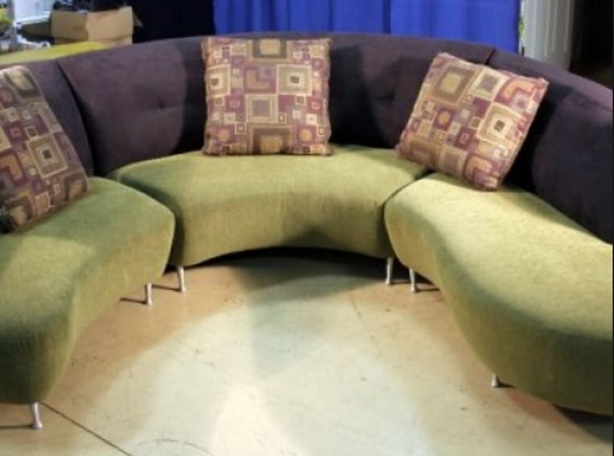 зеленый круглый диван с подушками