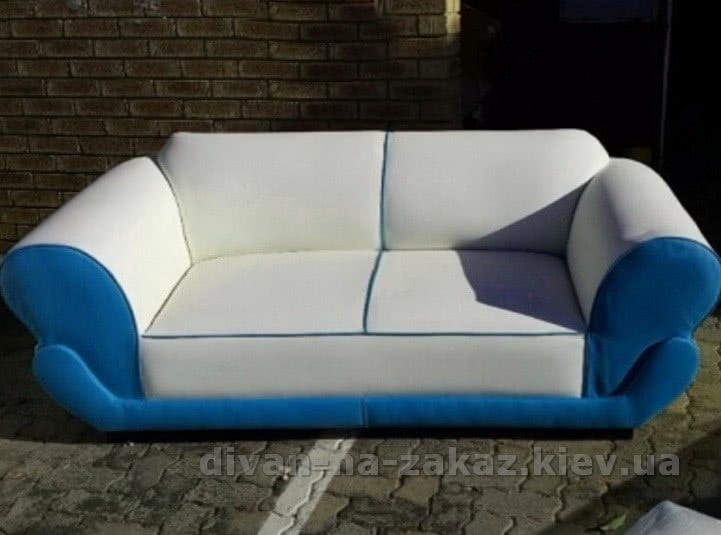 бело голубой диван