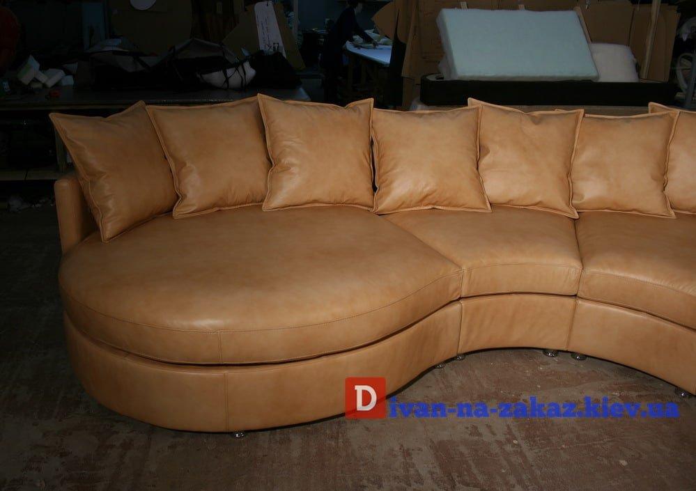 полукруглый диван с подушками