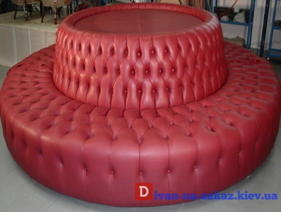 круглый красный диван в отель