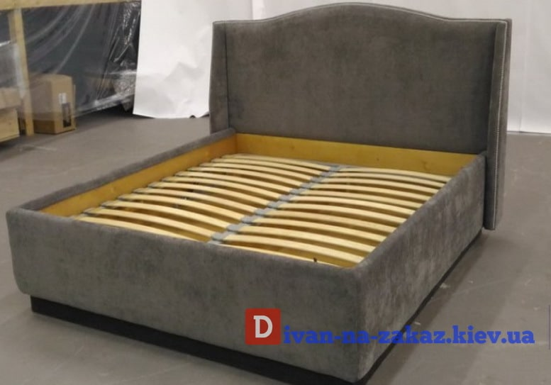 мягкая серая кровать