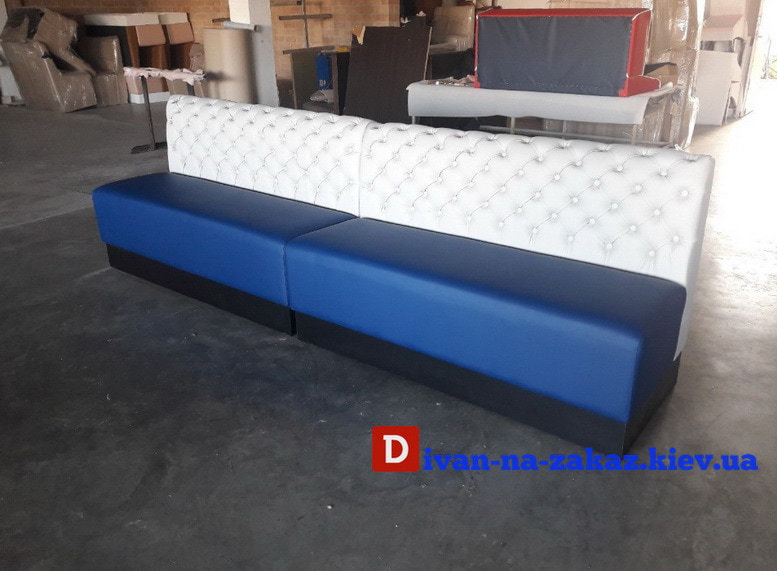 синий диван с белой спинкой для кафе