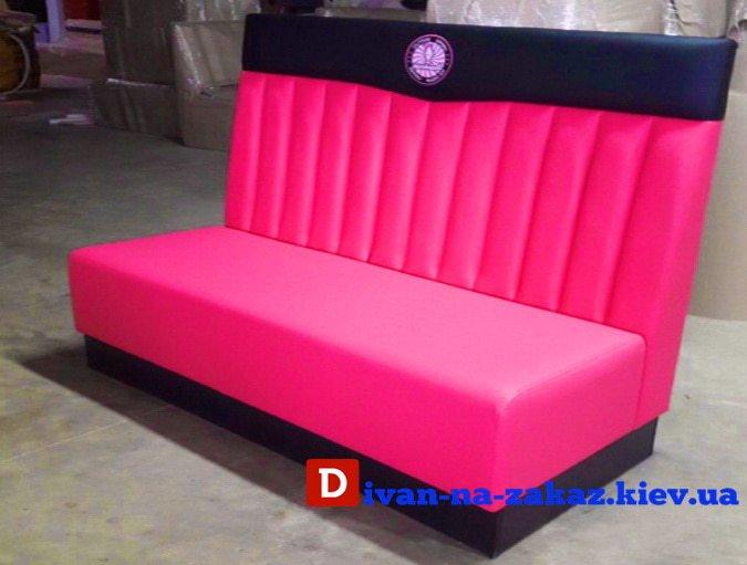 красный диван в клуб