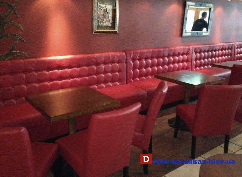 мягкая мебель в кафе красного цвета