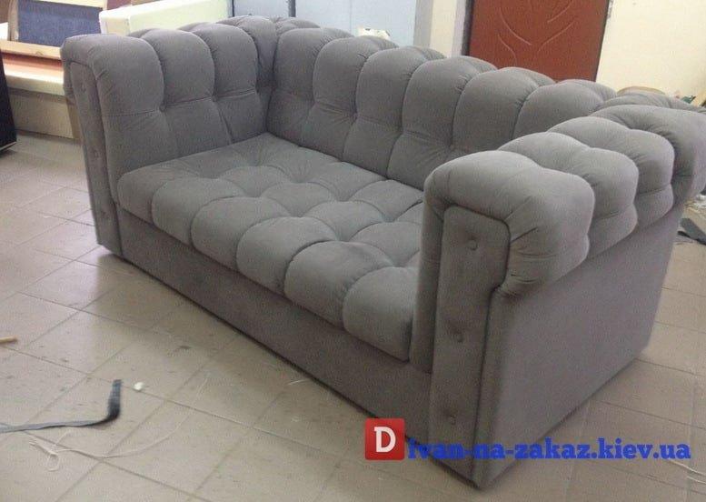 серый прямой диван для офиса