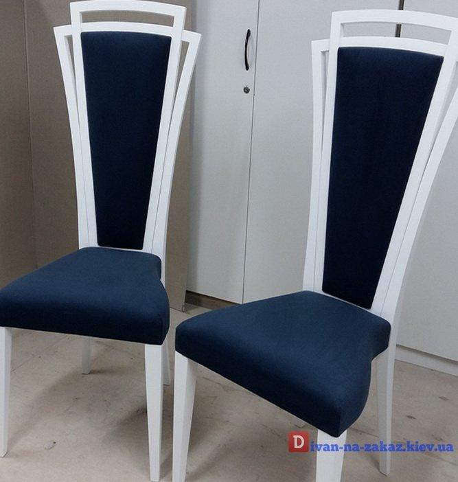 Синие кресла с высокой узкой спинкой