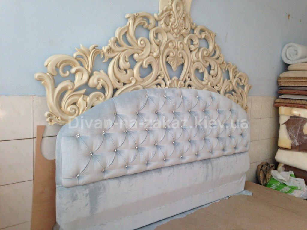изголовье кровати из дерева с художественной резьбой