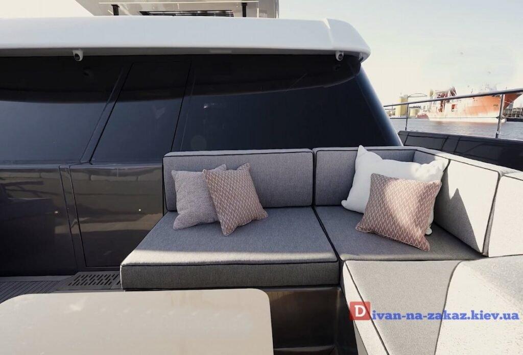 диван на балубе яхты